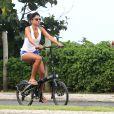 Grazi Massafera curte passeio de bicicleta com a filha, Sofia, em orla do Rio, nesta sexta-feira, 1º de maio de 2015