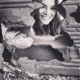 Bruna Marquezine posa em meios aos tijolos no Morro do Alemão, no último dia de gravação de 'Salve Jorge'