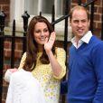 Kate Middleton e o Príncipe William apresentam sua filha, Charllote Elizabeth Diana