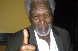 Morgan Freeman comenta cochilo durante entrevista ao vivo