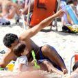 Du Moscovis se diverte na praia com o pequeno Rodrigo, de 1 ano, em 26 de maio de 2013
