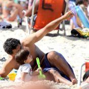 Eduardo Moscovis curte domingo em família e brinca com os filhos na areia