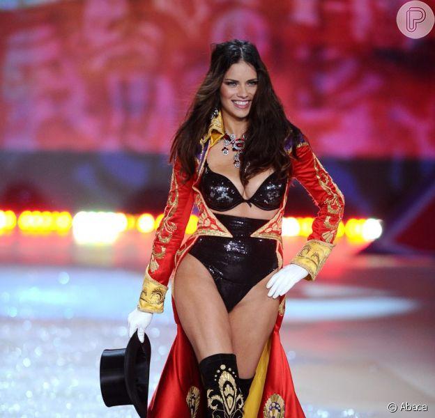 Adriana Lima abre o Victoria's Secret Fashion Show