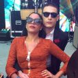De óculos escuros, Marina Morena, irmã de Preta Gil, e o namorado curtem a festa já de manhã