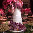 O bolo confeccionado pela The King Cake tinha sete andares e decorado com orquídeas de açúcar