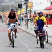 Marcos Caruso bate papo com entregador durante passeio de bicicleta pelo Rio