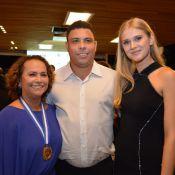 Ronaldo leva a namorada, Celina Locks, para evento em homenagem à mãe, Sônia