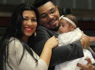 Naldo e a mulher, Ellen Cardoso, apresentam filha Maria Victoria em igreja no RJ
