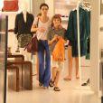 Lisandra Souto faz passeio com os filhos em shopping carioca