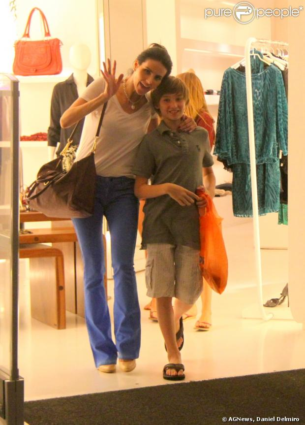 Lisandra Souto e o filho, Yago, acenam para paparazzo em passeio por shopping carioca, em 30 de maio de 2013