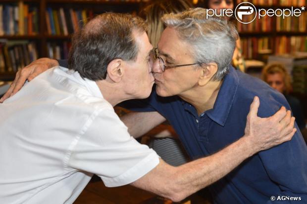 Caetano Veloso dá selinho em Jorge Mautner para parabenizá-lo pelo lançamento do CD da trilha sonora de 'Jorge Mautner - O filho do holocausto', em 4 de dezembro