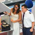 Bruna Marquezine foi abordada por funcionários do aeroporto para fazer fotos