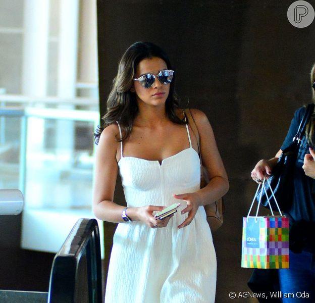 Bruna Marquezine adere à moda 'têsnis + vestido' para embarcar nessa quinta-feira, 28 de maio de 2015, no aeroporto Santos Dumont