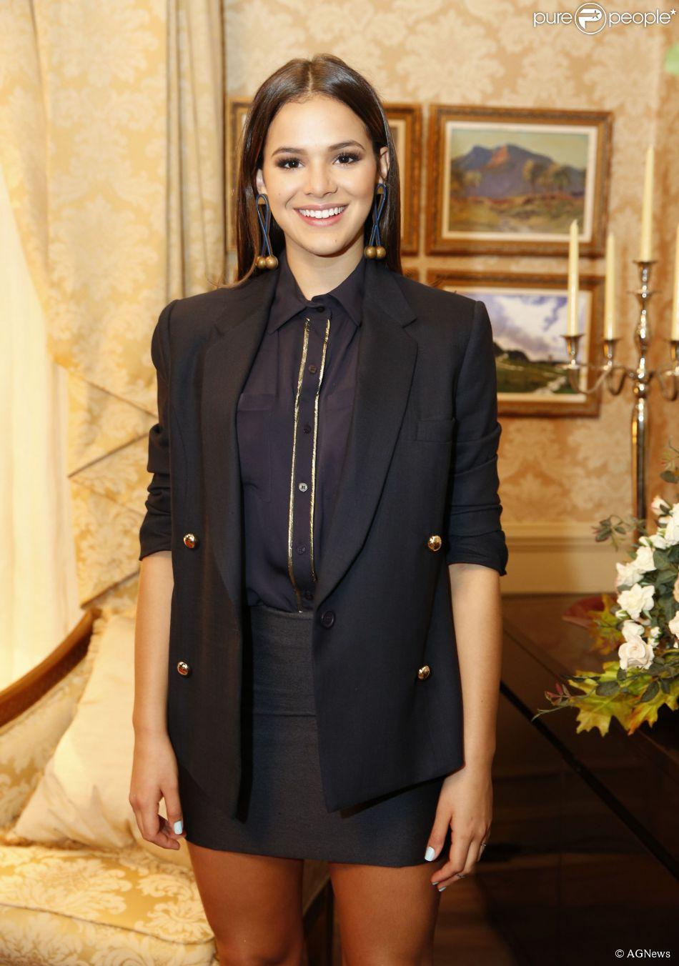Bruna Marquezine lista itens indispensáveis na sua bolsa: 'celular, perfume e maquiagem'