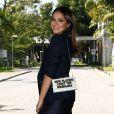 Bruna Marquezine lista top 3 que não pode faltar na bolsa e comenta: 'Nécessaire tem tudo'