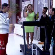 De salto alto, Cissa Guimarães anda em esteira elétrica durante o 'Mais Você'