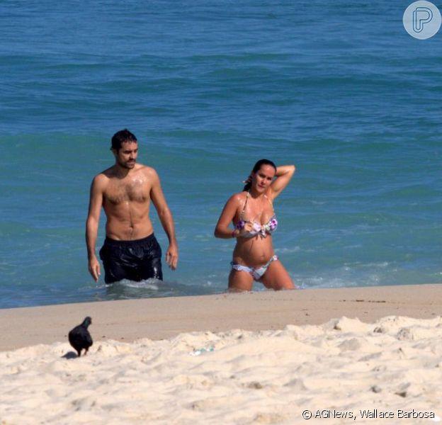 Grávida, Francisca Pinto, mulher de Ricardo Pereira, exibe barriguinha na praia do Leblon, na Zona Sul do Rio, em 05 de junho de 2013