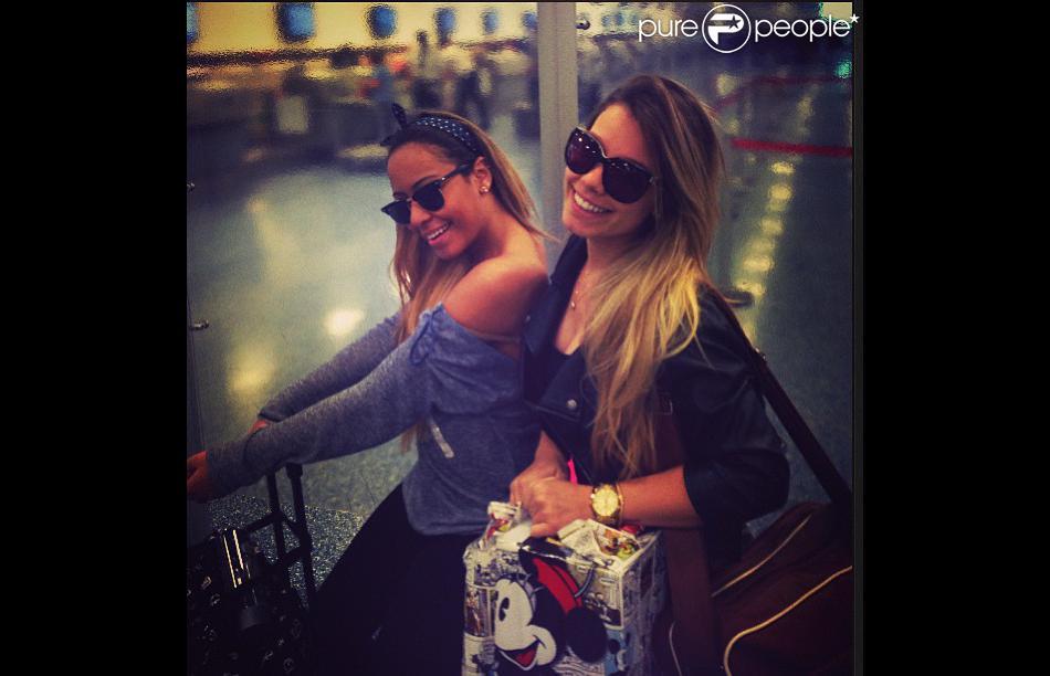 Rafaella Beckram posta foto em aeroporto, ao lado de amiga, voltando para o Brasil: ' Borá pegar voô sozinhas, xiiii...   Partiu Brazuka'