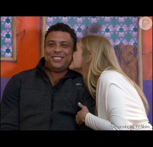 Celina Locks e Ronaldo participam do programa 'Altas Horas', da TV Globo, deste sábado, 6 de maio de 2015