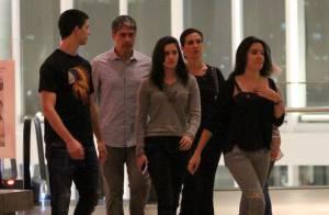 Fátima Bernardes e William Bonner passeiam com os três filhos em shopping do Rio