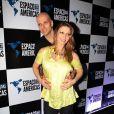 Sheila Mello, grávida de 4 meses, vai acompanhada do marido, o ex-nadador Fernando Scherer