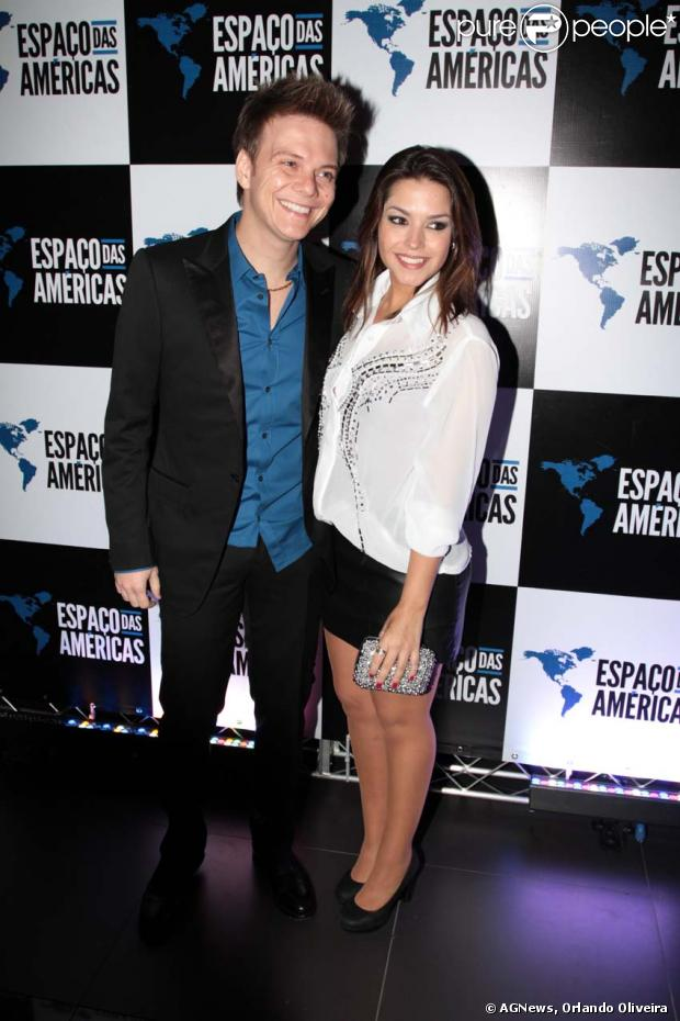 Michel Teló curte show do Roberto Carlos com a namorada, Thais Fersoza, em 04/12/2012
