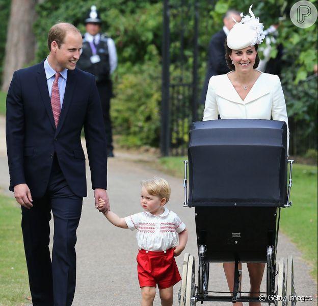 Príncipe William e Kate Middleton chegaram à cerimônia de batismo da filha mais nova, Charlotte, que ocorreu no último domingo, dia 5 de julho, ao lado do filho mais velho, George