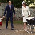 Príncipe William, a duquesa Kate Middleton e o pequeno George foram a pé da casa de campo da família até a igreja de Santa Maria Madalena, mesmo local onde a princesa Diana, avó da menina, foi batizada