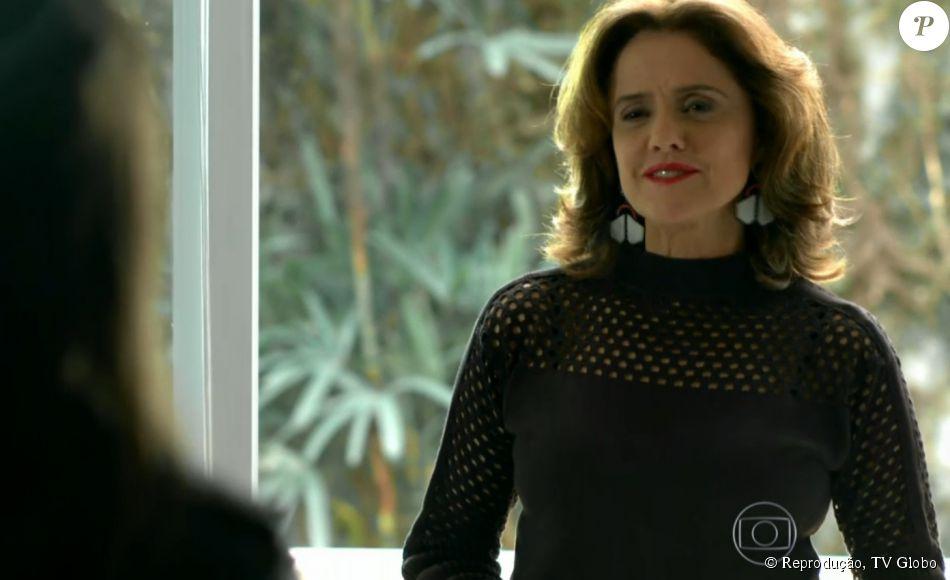 f19695b20b967 Fanny (Marieta Severo) usou blusa Renata Campos e batom Lune Cosméticos nº  43 para um dia de trabalho na agência de modelos que leva seu nome, ...
