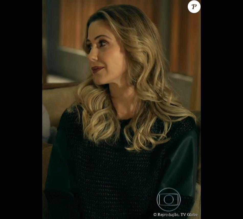 38cd2d4890928 A blusa de tricot usada por Pia (Guilhermina Guinle) é da grife Espaço  Fashion