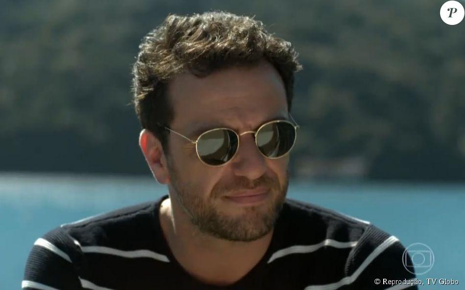 1d82e2e1e Os óculos de Alex (Rodrigo Lombardi) são da Ray Ban e estão à venda por R$  465,62