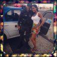 Na foto, Neguesha posa ao lado de PM carioca
