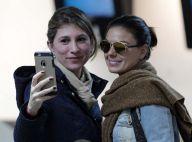 Isis Valverde é tietada em aeroporto e faz foto com fãs ao embarcar em São Paulo