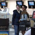 Isis Valverde é tietada por fãs no aeroporto Congonhas, em São Paulo
