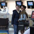 Isis Valverde é tietada por fãs no aeroporto de Congonhas, em São Paulo