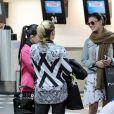 Isis Valverde posou simpática ao ser abordada por fãs em aeroporto em São Paulo