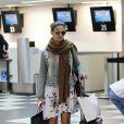 Sozinha, Isis Valverde embarca no aeroporto de Congonhas em São Paulo