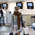 Sozinha, Isis Valverde embarca no aeroporto de Congonhas em São Paulo e desfila estilo despojado para viajar