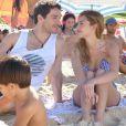 Júlia (Isabelle Drummond) e Felipe (Michel Noher) sempre levavam Joaquim para passear na praia, na novela 'Sete Vidas'