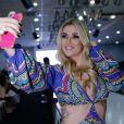 Aline  Gotschalg faz uma selfie durante o evento e mostra seu look para os seguidores
