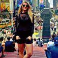 Ainda no verão de Nova York, Aline usa look todo preto, na Times Square