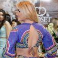 A ex-BBB Aline exibe detalhes do look durante a oitava edição do Vitória Moda e posa de costas