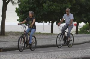 Cassia Kis Magro passeia de bicicleta com o marido na praia da Barra da Tijuca