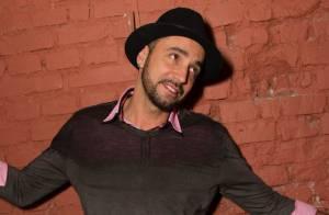 Latino aparece sem aliança após rumores de crise no casamento com Rayanne Morais