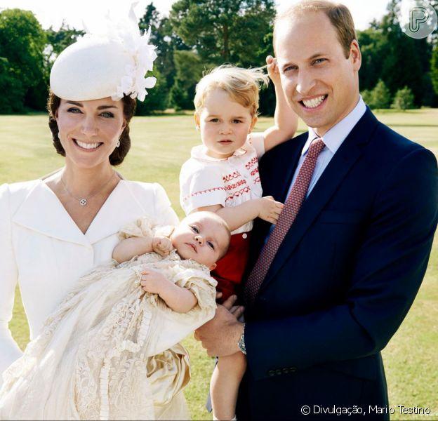 Príncipe William e a mulher, Kate Middleton, aparecem com os filhos George, de 1 ano, e Charlotte, de 3 meses, em fotos oficiais do batizado da caçula, realizado no último domingo, 05 de julho de 2015, na Inglaterra
