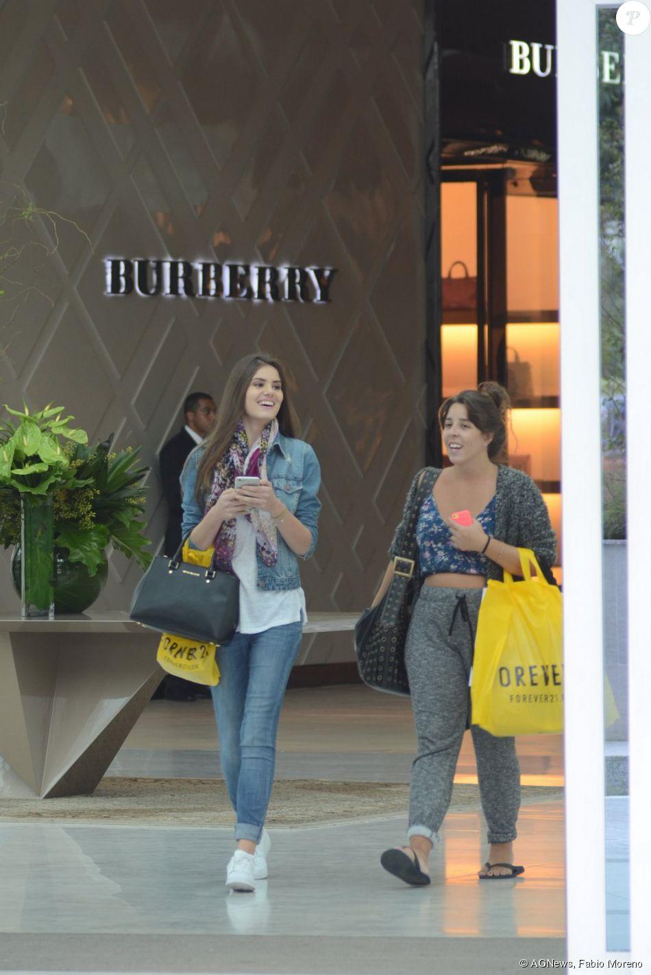 82091644507ba Camila Queiroz passeia em shopping com bolsa da grife Michael Kors ...
