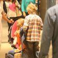 Angélica colca Eva no carrinho de bebê