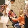 Angélica conta com a ajuda de uma babá para colocar Eva no carrinho