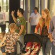 Angélica, Joaquim e Eva fazem passeio em shopping carioca