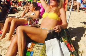 Aos 70 anos, Helô Pinheiro mostra boa forma na praia de Ipanema, no RJ